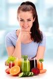 Νέα γυναίκα με την ποικιλία των χυμών λαχανικών και φρούτων στοκ εικόνα με δικαίωμα ελεύθερης χρήσης
