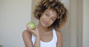 Νέα γυναίκα με την πράσινη Apple στα χέρια Στοκ φωτογραφία με δικαίωμα ελεύθερης χρήσης