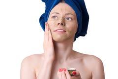 Νέα γυναίκα με την του προσώπου μάσκα αργίλου Στοκ Φωτογραφίες