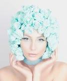 Νέα γυναίκα με την τρίχα λουλουδιών Στοκ εικόνα με δικαίωμα ελεύθερης χρήσης