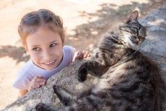 Νέα γυναίκα με τη γάτα υπαίθρια στοκ φωτογραφίες