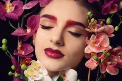 Νέα γυναίκα με τη διαφήμιση του πίνακα στοκ φωτογραφία