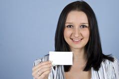 Νέα γυναίκα με τη επαγγελματική κάρτα Στοκ εικόνα με δικαίωμα ελεύθερης χρήσης