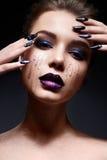Νέα γυναίκα με τη δημιουργική σύνθεση και ιώδη χείλια με μια κλίση και τα σπινθηρίσματα στο πρόσωπο Όμορφο πρότυπο με τα φωτεινά  Στοκ εικόνα με δικαίωμα ελεύθερης χρήσης
