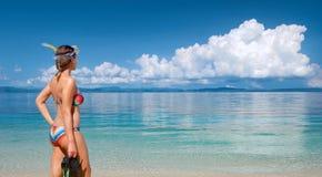 Νέα γυναίκα με τη μάσκα που πηγαίνει να κολυμπήσει με αναπνευτήρα στην τροπική παραλία στοκ φωτογραφία