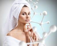 Νέα γυναίκα με τη μεγάλη άσπρη αλυσίδα μορίων Στοκ εικόνα με δικαίωμα ελεύθερης χρήσης