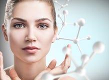 Νέα γυναίκα με τη μεγάλη άσπρη αλυσίδα μορίων Στοκ Φωτογραφίες