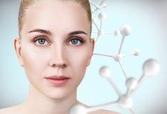 Νέα γυναίκα με τη μεγάλη άσπρη αλυσίδα μορίων Στοκ εικόνες με δικαίωμα ελεύθερης χρήσης