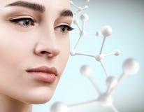 Νέα γυναίκα με τη μεγάλη άσπρη αλυσίδα μορίων Στοκ Εικόνες
