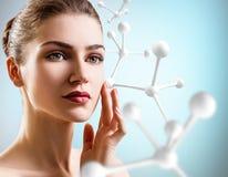 Νέα γυναίκα με τη μεγάλη άσπρη αλυσίδα μορίων Στοκ Εικόνα
