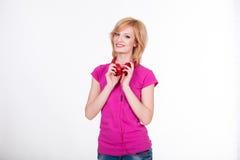 Νέα γυναίκα με τη μουσική ακούσματος ακουστικών μουσική Στοκ εικόνα με δικαίωμα ελεύθερης χρήσης