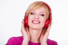 Νέα γυναίκα με τη μουσική ακούσματος ακουστικών μουσική Στοκ Εικόνες