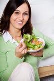 Νέα γυναίκα με τη σαλάτα Στοκ Φωτογραφία