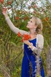 Νέα γυναίκα με τη σορβιά στοκ εικόνες με δικαίωμα ελεύθερης χρήσης