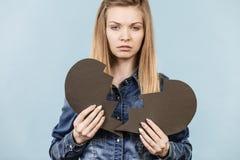 Νέα γυναίκα με τη σπασμένη καρδιά Στοκ εικόνες με δικαίωμα ελεύθερης χρήσης