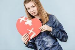 Νέα γυναίκα με τη σπασμένη καρδιά Στοκ Φωτογραφίες