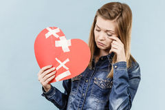 Νέα γυναίκα με τη σπασμένη καρδιά Στοκ φωτογραφία με δικαίωμα ελεύθερης χρήσης