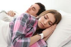 Νέα γυναίκα με τη στήριξη ιχνηλατών ύπνου στοκ εικόνες