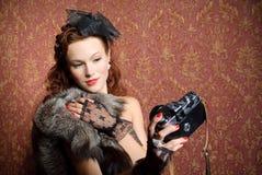 Νέα γυναίκα με τη φωτογραφική μηχανή Στοκ εικόνες με δικαίωμα ελεύθερης χρήσης