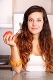 Νέα γυναίκα με τη Apple Στοκ Φωτογραφίες