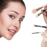 Νέα γυναίκα με τις βούρτσες makeup στοκ φωτογραφίες με δικαίωμα ελεύθερης χρήσης
