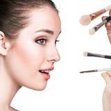Νέα γυναίκα με τις βούρτσες makeup στοκ φωτογραφία με δικαίωμα ελεύθερης χρήσης