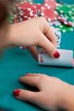Νέα γυναίκα με τις κάρτες πόκερ Στοκ φωτογραφία με δικαίωμα ελεύθερης χρήσης