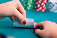 Νέα γυναίκα με τις κάρτες πόκερ Στοκ εικόνα με δικαίωμα ελεύθερης χρήσης