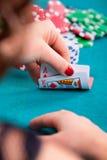 Νέα γυναίκα με τις κάρτες πόκερ Στοκ Εικόνα