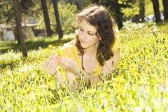 Νέα γυναίκα με τις κίτρινες πικραλίδες στοκ φωτογραφία με δικαίωμα ελεύθερης χρήσης