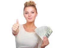Νέα γυναίκα με τις σημειώσεις δολαρίων στο χέρι της η ανασκόπηση απομόνωσε το λευκό Στοκ Εικόνες