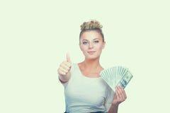 Νέα γυναίκα με τις σημειώσεις δολαρίων στο χέρι της Στην άσπρη ανασκόπηση Στοκ φωτογραφίες με δικαίωμα ελεύθερης χρήσης