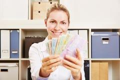 Νέα γυναίκα με τον ευρο- ανεμιστήρα χρημάτων Στοκ Εικόνες