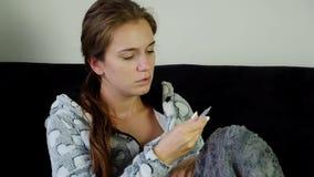 Νέα γυναίκα με τον πυρετό απόθεμα βίντεο