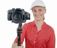 Νέα γυναίκα με τον τηλεοπτικό σταθεροποιητή dslr, στο λευκό Στοκ Φωτογραφίες