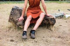 Νέα γυναίκα με τους μώλωπες στο κούτσουρο στοκ φωτογραφίες