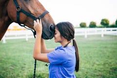 Νέα γυναίκα με το άλογο στοκ εικόνα