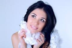 Νέα γυναίκα με το άσπρο κασκόλ Στοκ Εικόνες
