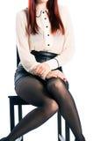 Νέα γυναίκα με το άσπρο υπόβαθρο που είναι ντροπαλό Στοκ Φωτογραφία