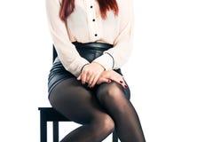 Νέα γυναίκα με το άσπρο υπόβαθρο που είναι ντροπαλό Στοκ Εικόνες