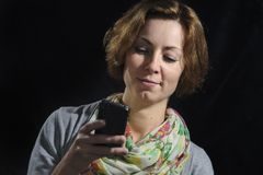 Νέα γυναίκα με το έξυπνο τηλέφωνο στοκ φωτογραφία με δικαίωμα ελεύθερης χρήσης