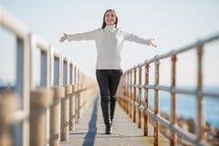 Νέα γυναίκα με το ανοικτό περπάτημα όπλων Στοκ εικόνες με δικαίωμα ελεύθερης χρήσης