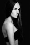 Νέα γυναίκα με το αρκετά μακρυμάλλες κοίταγμα μακριά Στοκ εικόνες με δικαίωμα ελεύθερης χρήσης