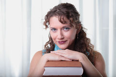 Νέα γυναίκα με το βιβλίο. Στοκ φωτογραφία με δικαίωμα ελεύθερης χρήσης