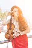 Νέα γυναίκα με το βιολί. Στοκ φωτογραφίες με δικαίωμα ελεύθερης χρήσης