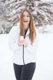 Νέα γυναίκα με το γέλιο σφαιρών χιονιού Στοκ Φωτογραφίες
