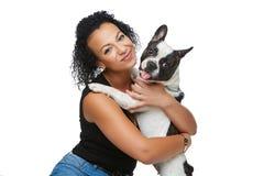 Νέα γυναίκα με το γαλλικό σκυλί μπουλντόγκ στοκ φωτογραφίες