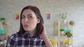 Νέα γυναίκα με το γκρίζο αργό MO τρίχας απόθεμα βίντεο
