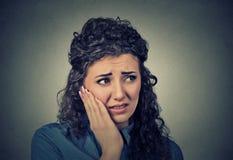 Νέα γυναίκα με το ευαίσθητο πρόβλημα κορωνών πονόδοντου περίπου στην κραυγή από τον πόνο Στοκ Φωτογραφίες