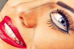 Νέα γυναίκα με το δημιουργικό makeup Στοκ Εικόνα